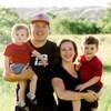 Aly Jenkins avec deux de ses trois enfants et son conjoint.