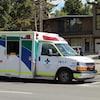 Une ambulance devant l'Hôpital Foothills, à Calgary.