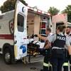 Il est de plus en plus fréquent que des patients doivent attendre dans l'ambulance ou dans un corridor d'hôpital avec l'équipe paramédicale avant sa prise en charge par le personnel soignant de l'hôpital.