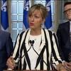 La ministre Andrée Laforest répond aux questions des journalistes lors d'un point de presse à l'Assemblée nationale. Elle est accompagnée de ses collègues Jonatan Julien et Benoit Charette.