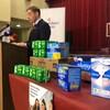 Andrew Furey devant une table de produits d'hygiène.