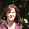 Une femme devant des arbres verts