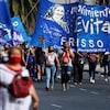 Des manifestants tenant des banderoles.