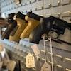 Des armes à feu sont affichées dans un présentoir.