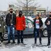 Cinq personnes sous la neige.