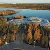 Une vue depuis les airs de l'Assemblée législative des Territoires du Nord-Ouest qui se trouve au bord de l'eau.