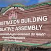 Le panneau extérieur de l'Assemblée législative du Yukon.