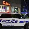 Un VUS de police devant un restaurant Tim Hortons, le soir.