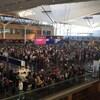 Des voyageurs attendent aux douanes de l'aéroport Montréal-Trudeau.