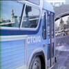 Autobus avec le sigle de la CTCUQ roulant sur une rue de la vieille ville fortifiée de Québec.