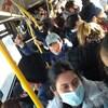 Plusieurs dizaines d'usagers entassés à bord d'un autobus municipal à Toronto.