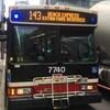 Un homme monte à bord d'un autobus de la Commission des transports de Toronto