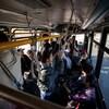Des gens sont debout dans l'autobus.
