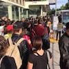 Des utilisateurs du transport en commun attendent pour prendre l'autobus à Vancouver.