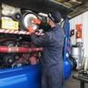 Un mécanicien répare un autocar.