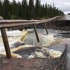 Le tronçon de l'autoroute coupé où s'engouffrent des eaux tumultueuses.