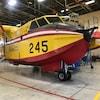 L'avion, stationné dans un garage.