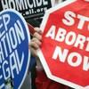 Des gens manifestent contre l'avortement.