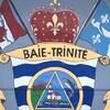 Les armoiries de la Municipalité du village de Baie-Trinité représentent les drapeaux, un orignal, un poisson et un phare. Elles sont peintes sur un mur dans la salle de réunion.