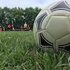 Un ballon de soccer sur le terrain.