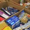 Des paquets de pâtes sèches sont empilés dans des boîtes de carton.