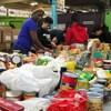Des gens qui trient de la nourriture dans des sacs.