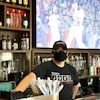 Le gérant Shawn McCulligh au comptoir du restaurant-bar Crabby Joe's à Kitchener, en Ontario.