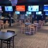 Photo de l'intérieur du bar Sports On Tap, à Saskatoon. On voit le bar à gauche, des tables avec la distance physique et de nombreuses télés accrochées un peu partout.