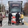 Des manifestants devant un camion à l'arrêt route 105.