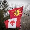 Le drapeau mohawk flotte au-dessus d'un drapeau du Canada mis à l'envers.