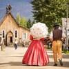 Des guides habillés avec des vêtenements d'antan se promène à Baskerville.