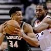 Giannis Antetokounmpo des Bucks de Milwaukee est surveillé par Kawhi Leonard des Raptors de Toronto.