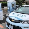 Une voiture électrique recharge sa batterie.à une borne installé à Horseshoe Bay