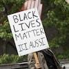 Une pancarte sur laquelle est écrit : Black lives matter ici aussi