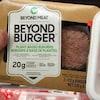 Un paquet de Beyond Burger à côté d'un paquet de boulettes de boeuf haché.