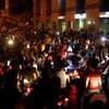 Des manifestants dans la nuit.