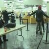 Des agents de sécurité fouillent un homme dans une bibliothèque.