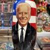 Le visage souriant de Joe Biden sur une poupée russe.