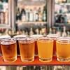 Des pintes de bière sur un bar.