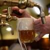 Une bière mousseuse est tirée dans un verre.