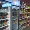 Des bières de microbrasseries dans une épicerie.