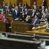 Bill Morneau s'exprime à la Chambre des communes. Justin Trudeau est notamment assis à ses côtés.