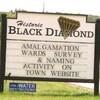 Les panneaux à l'entrée des villes de Black Diamond et de Turner Valley.