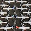 Des avions placés de manière symétriques sur un stationnement d'aéroport.