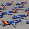 Une dizaine d'avions sur un tarmac.