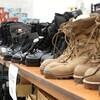 Des bottes alignées l'une à côté de l'autre sur une étagère