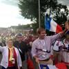 Les deux élus marchent au milieu d'une immense foule qui fait un tintamarre