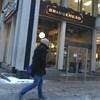Un homme passe devant un café Bridgehead.