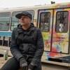 L'artiste pose devant la voiture de train léger qu'il métamorphose.