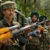 Des soldats indiens armés de mitraillettes.